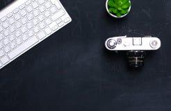 Взгляд сверху мыши ручки графического дизайна офиса с мышью компьтер-книжки беспроволочной и винтажной старой камеры на таблице Г Стоковые Изображения RF
