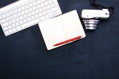 Взгляд сверху мыши ручки графического дизайна офиса с мышью компьтер-книжки беспроволочной и винтажной старой камеры на таблице Г Стоковое фото RF