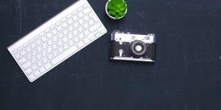 Взгляд сверху мыши ручки графического дизайна офиса с мышью компьтер-книжки беспроволочной и винтажной старой камеры на таблице Г Стоковое Фото