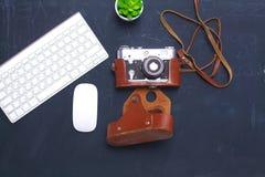 Взгляд сверху мыши ручки графического дизайна офиса с мышью компьтер-книжки беспроволочной и винтажной старой камеры на таблице Г Стоковые Фото