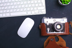Взгляд сверху мыши ручки графического дизайна офиса с мышью компьтер-книжки беспроволочной и винтажной старой камеры на таблице Г Стоковая Фотография RF