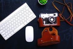 Взгляд сверху мыши ручки графического дизайна офиса с мышью компьтер-книжки беспроволочной и винтажной старой камеры на таблице Стоковое Изображение