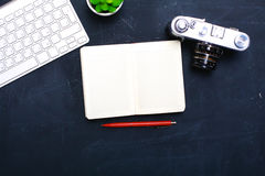 Взгляд сверху мыши ручки графического дизайна офиса с мышью компьтер-книжки беспроволочной и винтажной старой камеры на таблице Стоковые Фотографии RF