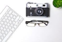 Взгляд сверху мыши ручки графического дизайна офиса с мышью компьтер-книжки беспроволочной и винтажной старой камеры на таблице Стоковая Фотография