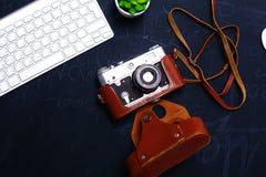 Взгляд сверху мыши ручки графического дизайна офиса с мышью компьтер-книжки беспроволочной и винтажной старой камеры на таблице Стоковые Изображения RF