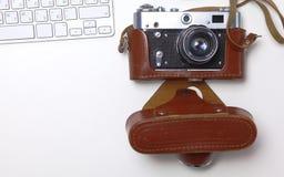 Взгляд сверху мыши ручки графического дизайна офиса с мышью компьтер-книжки беспроволочной и винтажной старой камеры на таблице Стоковые Фото