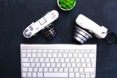 Взгляд сверху мыши ручки графического дизайна офиса с мышью компьтер-книжки беспроволочной и винтажной старой камеры на таблице Стоковое фото RF
