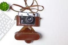Взгляд сверху мыши ручки графического дизайна офиса с мышью компьтер-книжки беспроволочной и винтажной старой камеры на таблице Стоковые Изображения
