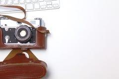 Взгляд сверху мыши ручки графического дизайна офиса с мышью компьтер-книжки беспроволочной и винтажной старой камеры на таблице Стоковая Фотография RF
