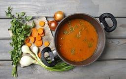 Взгляд сверху на баке супа томата и свежих овощей стоковая фотография