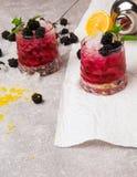 Взгляд сверху на 2 больших стеклах холодных напитков с ягодами и льдом на серой и белой предпосылке Целительный и Стоковая Фотография RF
