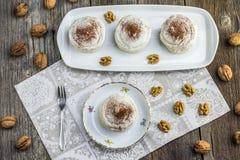 Взгляд сверху на меренгах грецких орехов с какао на белой доске с для Стоковое фото RF