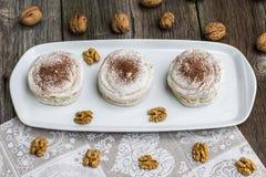 Взгляд сверху на меренгах грецких орехов с какао с треская грецкими орехами Стоковое фото RF