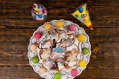 Взгляд сверху на домодельном именнином пироге с сериями горящих свечей Стоковые Изображения RF