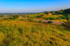 Взгляд сверху на дороге и холмистой области Стоковое Изображение