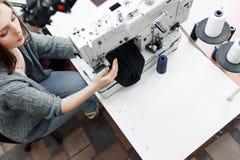 Взгляд сверху на портное работая с швейной машиной стоковое изображение rf