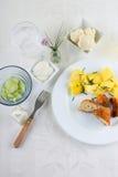 Взгляд сверху на таблице обеда с обвалянной в сухарях цветной капустой Стоковые Фото