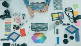 Взгляд сверху Непознаваемый человек работая на его таблетке в студии дизайна предпосылка творческая видеоматериал