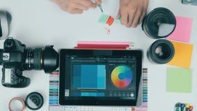 Взгляд сверху Непознаваемый человек работая на его таблетке в студии дизайна предпосылка творческая акции видеоматериалы