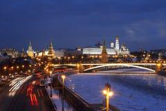 Взгляд сверху ночи зимней Москвы, Кремля, больших каменных моста и обваловки Prechistenskaya и реки Москвы Стоковое Фото