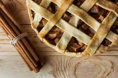 Взгляд сверху домодельных ручек яблочного пирога и циннамона Стоковая Фотография