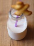 Взгляд сверху опарника вполне молока лаванды с соломой на деревянном Стоковые Фотографии RF
