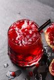 Взгляд сверху освежая алкогольного напитка Состав напитка гранатового дерева и венисы отрезка на сером цвете Стоковая Фотография RF