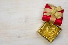 Взгляд сверху открытой подарочной коробки на деревянной предпосылке текстуры Стоковые Изображения RF