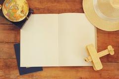 Взгляд сверху открытой пустой тетради и поляроидных пустых рамок фотографии рядом с чашкой кофе над деревянным столом подготавлив Стоковые Изображения RF
