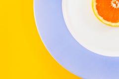 Взгляд сверху одиночного куска грейпфрута на раскосно помещенной плите Стоковые Фото