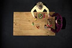 Взгляд сверху пар на таблице с едой Стоковое Изображение