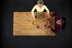 Взгляд сверху пар на таблице с едой Стоковая Фотография