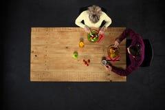 Взгляд сверху пар на таблице с едой Стоковое фото RF