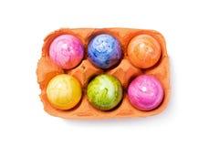 Взгляд сверху - пасхальные яйца в коробке яичка на белой предпосылке Стоковое Фото