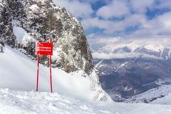 Взгляд сверху пейзажа на горах зимы Стоковое Изображение