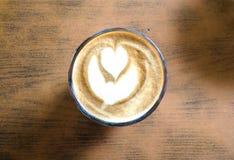 Взгляд сверху пены искусства latte на горячем питье latte Стоковое фото RF