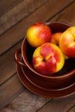 Взгляд сверху персиков на деревянной предпосылке Стоковое Изображение