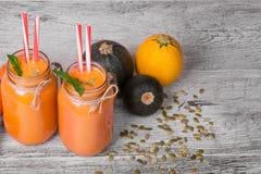 Взгляд сверху питья smoothie в большом опарнике каменщика Освежая напиток моркови с 3 цукини на серой предпосылке Стоковое Изображение