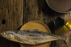 Взгляд сверху посоленных рыб сушит на старых деревянных столах Стоковое Изображение RF