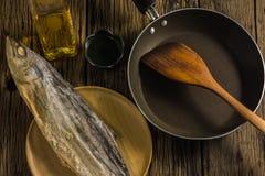 Взгляд сверху посоленных рыб сушит на старых деревянных столах Стоковое Изображение