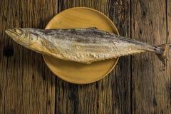 Взгляд сверху посоленных рыб сушит на старых деревянных столах Стоковая Фотография