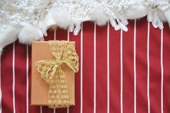 Взгляд сверху подарочной коробки на красной и белой предпосылке нашивки Стоковая Фотография RF