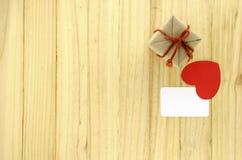 взгляд сверху подарочной коробки ремесла с сердцем на деревянной концепции предпосылки Стоковое Изображение