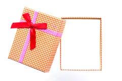 Взгляд сверху подарочной коробки с красной лентой Стоковые Фото