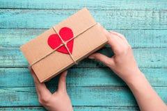 Взгляд сверху подарочной коробки с красным сердцем на верхней части Стоковое Изображение