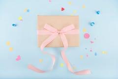 Взгляд сверху подарочной коробки с модель-макетом ленты и confetti Стоковые Фото