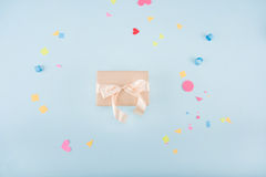 Взгляд сверху подарочной коробки с модель-макетом ленты и confetti Стоковые Фотографии RF