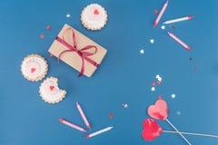 Взгляд сверху подарочной коробки, тортов и свечей на сини Стоковое фото RF