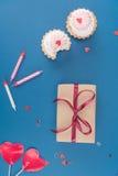 Взгляд сверху подарочной коробки, тортов и свечей на сини Стоковые Фотографии RF