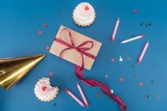 Взгляд сверху подарочной коробки, тортов и свечей на сини Стоковое Изображение RF